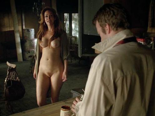 Красивая голая женщина с силиконовыми сиськами ходит по квартире и разговаривает с любовником