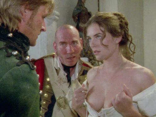 Замужняя мадам показывает голые сиськи капитану