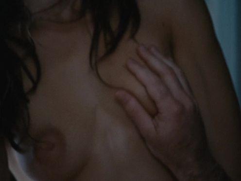 Юная девушка засунула палец в попу парню во время секса