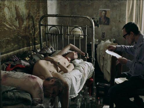 Маньяк приковал голую девку к кровати с трупами