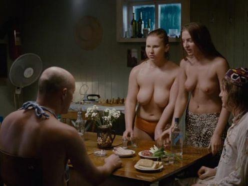 Голые русские девки выпивают водку и идут париться