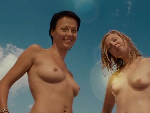Молодые девки купаются голыми на речке