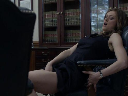 Женщина мастурбирует в офисе перед начальником
