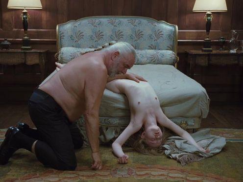 Мужик носит на руках спящую голую юную девку