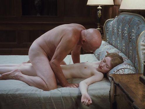 Пристарелый мужчина развлекается со спящей голой молодой девушкой