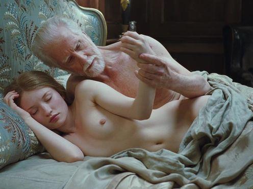 Седой старик со спящей молодой голой красоткой
