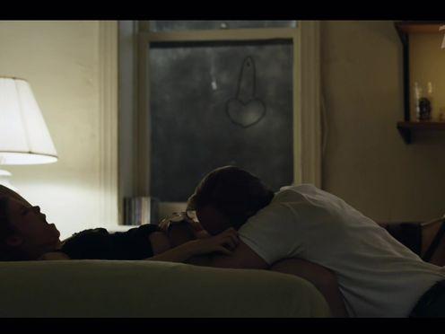 Мужик делает куни, пока девушка говорит по телефону