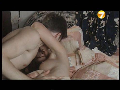 Мама застукала голую дочь с парнем в кровати