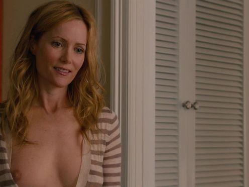 Жена пытается соблазнить мужа голой грудью