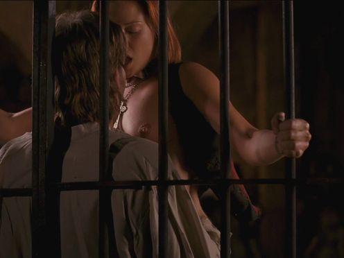 Страстный секс с рыжей красоткой у решетки
