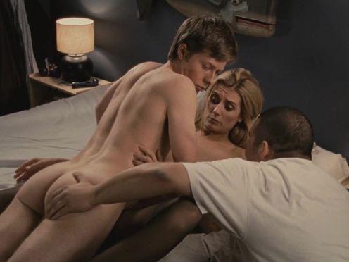 Парень смотрит, как его девушка занимается сексом с его другом