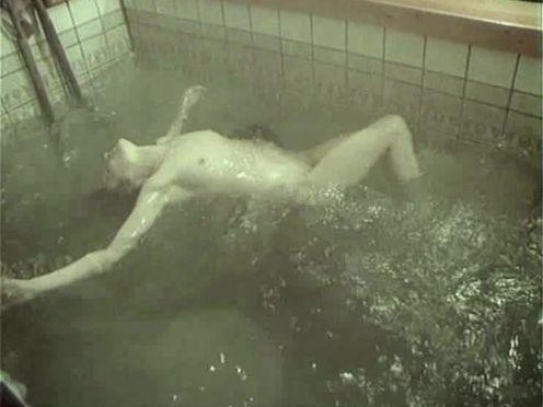 Девушка плавает в бассейне голой после бани