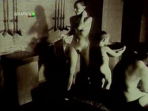 Русские голые женщины моются с детьми в общественной бане