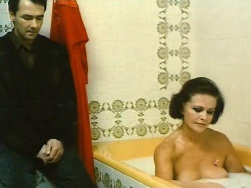 Сын разговаривает с голой мамой в ванне