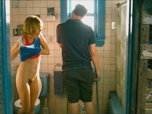 Жена ходит в туалет при муже