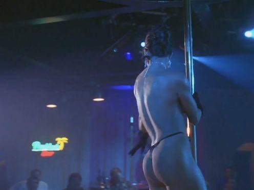 Брюнетка с силиконовой грудью танцует стрпитиз