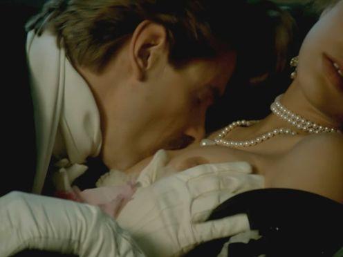 Мужик страстно целует сиськи красотки