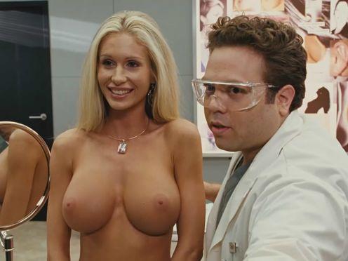 Пластический хирург показывает другу классные голые силиконовые сиськи клиентки